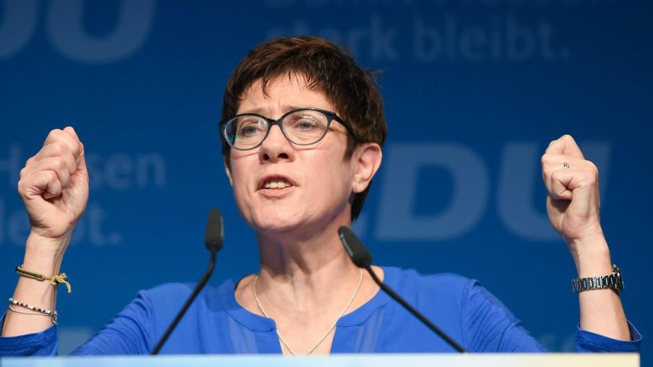 """In kämpferischer Pose: """"Es ist eine Schande, wie wir miteinander umgegangen sind"""". Annegret Kramp-Karrenbauer während ihrer Rede in Offenbach"""