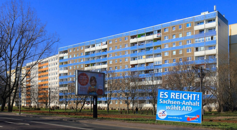 AfD-Wahlplakat vor einem Wohnblock in Magdeburg