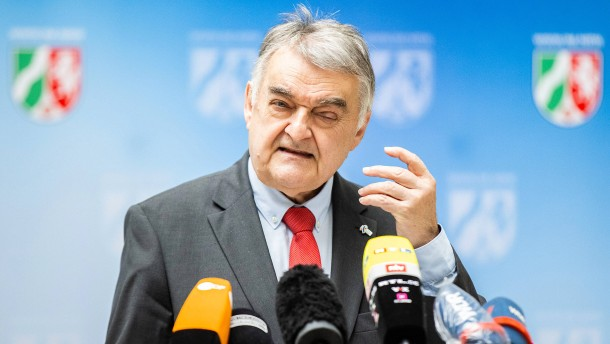 NRW-Innenminister will Studie zu Extremismus bei Polizei