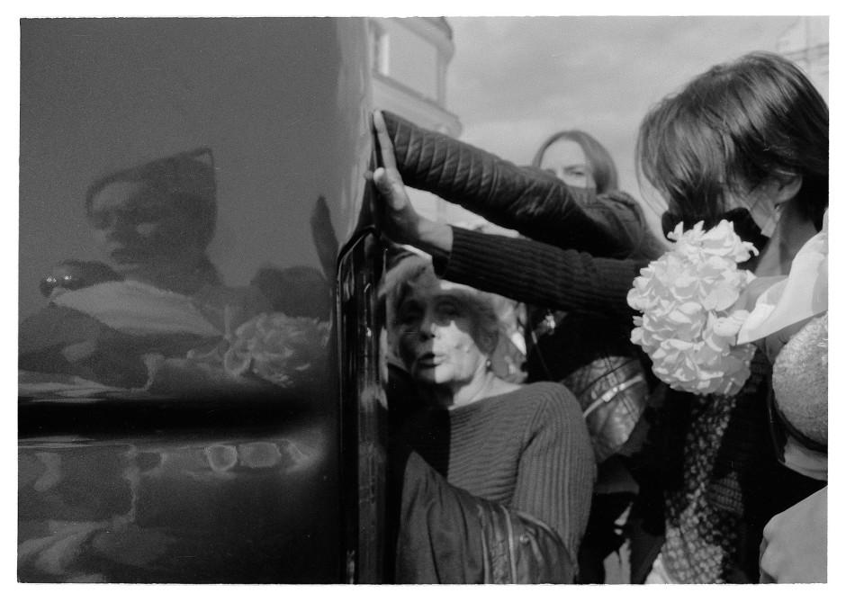 Frauenpower gegen Pferdestärken: Teilnehmerinnen eines sonntäglichen Frauenmarsches in Minsk versuchen ein Polizeifahrzeug aufzuhalten, in dem eine inhaftierte Demonstrantin sitzt.