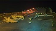 """Ein Kampfflugzeug beim Start von dem Flugzeugträger """"USS Abraham Lincoln"""" im Persischen Golf, aufgenommen am Freitag."""