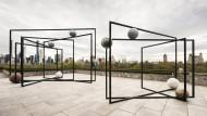 """Eine leichtsinnige Erinnerung an den Schwebewunsch der Moderne: Der """"gestellte"""" Steingarten von Alicja Kwade auf dem Dach des Metropolitan Museums in New York"""