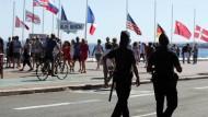 """Polizisten patrouillieren am Samstag in Nizza. Die """"operativen Reservekräfte"""" in Frankreich bestehen derzeit aus 12.000 Freiwilligen."""
