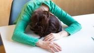 Lange Nacht? Nicht unbedingt! Chronische Müdigkeit kann auch die Folge einer Infektion mit dem Epstein-Barr-Virus sein.