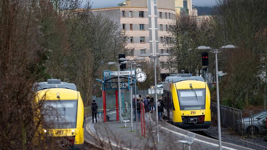 Knotenpunkt: Am Kelkheimer Bahnhof gibt es zwei Gleise, auf denen sich die Züge von Frankfurt und Königstein entgegen kommen – eine Seltenheit auf der Strecke der RB 12.