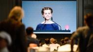 Clara Mayer liest VW-Chef Herbert Diess auf der Hauptversammlung des Konzerns in Berlin die Leviten.
