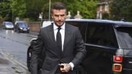 Erschien im schicken schwarzen Anzug vor Gericht: der früherer Fußballstar David Beckham (43).
