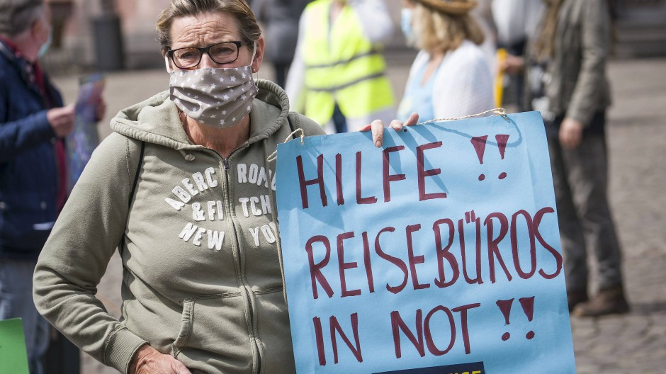 Eine Frau auf einer Demonstration Mitte Mai in Frankfurt