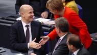 Werden sie an einem Strang ziehen? Angela Merkel und Ralph Brinkhaus, der neue Fraktionsvorsitzende der Unionsfraktion, begrüßen sich im Bundestag.