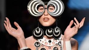 Gaultier zeigt psychedelische Mode in Paris