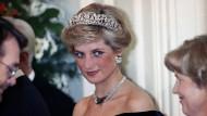 Sie galt als Medien- und Modeikone und als am häufigsten fotografierte Frau der Welt. Hier ist Diana im November 1987 in Bonn bei einem Empfang des damaligen Bundespräsidenten Richard von Weizsäcker zu sehen.