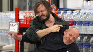 Gefährliche Situation im Supermarkt: Holm Bielfeldt (Daniel Christensen, li.) hat den Securitymann (Ralf Beckord) in seine Gewalt gebracht