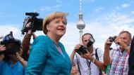 Darin bekennen sich CDU und CSU zur Konsolidierung des Haushalts, kündigen aber auch Verbesserungen für Familien sowie Investitionen in Verkehr und Bildung an.