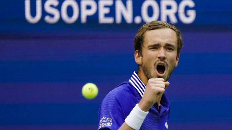 Daniil Medwedew jubelt über seinen Sieg gegen den Kanadier Felix Auger-Aliassime