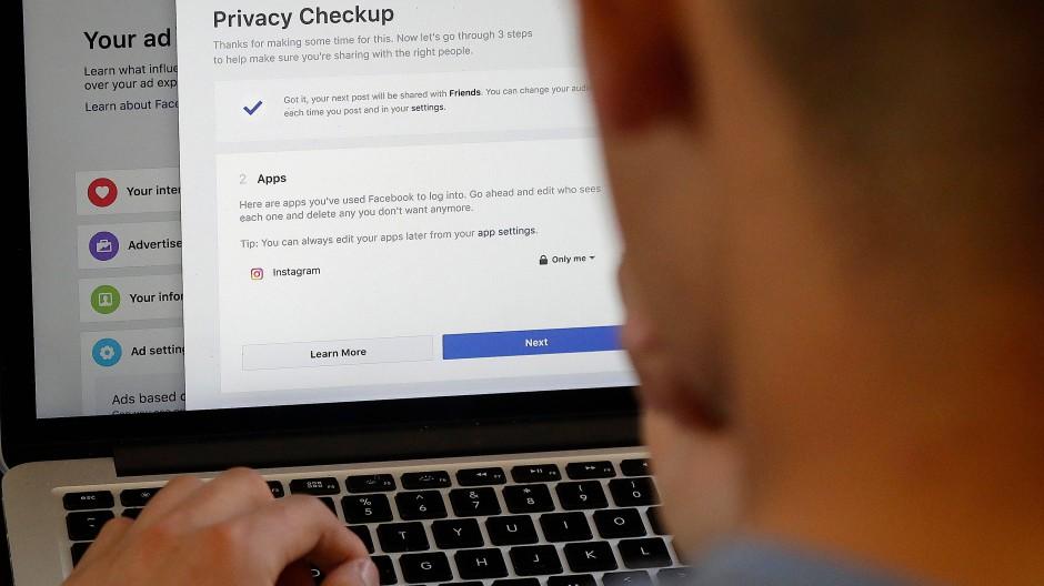 Jeder Facebook-Nutzer bekommt eine Benachrichtigung, wie persönliche Daten besser geschützt werden können.