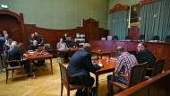 Vor Gericht: Der Angeklagte (im karierten Hemd) wartet mit seinen Anwälten am Dienstag auf den Beginn des Mordprozesses in Bayreuth.