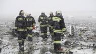 Russische Rettungskräfte im Trümmerfeld am Absturzort der Flydubai-Maschine
