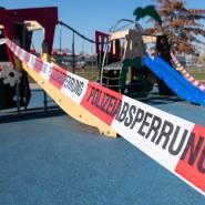Ein Kinderspielplatz in Dresden ist mit Absperrband der Polizei gesperrt, 25. März 2020.