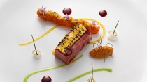 """Wagyu Short Rib mit BBQ-Lack, Pommes Frites, Mais, Zwiebel und Aubergine: Mit solchen Kreationen hat sich der """"Newcomer des Jahres"""" seinen Titel verdient"""