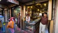 Echt oder unecht? Goldverkäufer im indischen Bombay