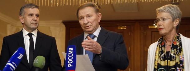 Der russische Botschafter Michael Zubarov,  der ukrainische Ex-Präsident Leonid Kutschma und OSZE-Diplomatin Heidi Tagliavin nach dem Gespräch (v.l.)
