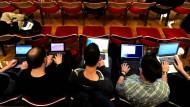 Besucher des Kongresses des Chaos Computer Clubs in Berlin. Ein sicheres Passwort kann schützen - muss aber nicht.