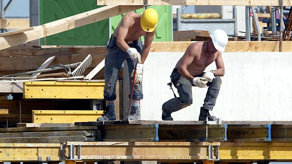 Die Deutschen erarbeiten sich einen ordentlichen Wohlstand - so wie diese Bauarbeiter in Mönchengladbach.