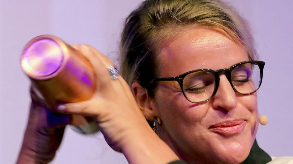 """Geschüttelt, nicht gerührt: Im Finale der Deutschen Cocktail-Meisterschaft 2017 kreiert Katja Schirmer ihren Cocktail mit dem Namen """"Liebe ist die Antwort auf alles""""."""