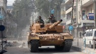 Ein türkischer Panzer fährt durch eine Straße im syrischen Afrin.