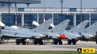 Auf der diese Woche beginnenden Luft- und Raumfahrtmesse (ILA) in Berlin sollen Kampfflugzeuge wie diese Eurofighter präsentiert werden.