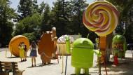 Vom Krieg gefördert, für den Frieden genutzt: Besucher posieren vor Android-Schaumstoffpuppen am Google-Hauptsitz Mountain View.