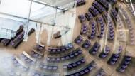 Unsichtbarer Feind, klares Ziel: Blick in den Plenarsaal des Bundestags