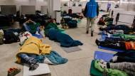 U-Bahn-Station: Obdachlose schlafen in einer Notübernachtung am Eschenheimer Tor.
