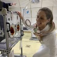Was regt den Appetit an? Forscherin Maggie Coblentz mit speziellem Ess- Test-Helm während eines Schwerelosigkeitstests