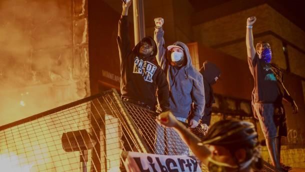 Demonstranten zünden Polizeiwache in Minneapolis an