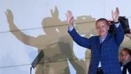 Recep Tayyip Erdogan lässt sich nach seinem Wahlsieg auf dem Balkon seiner Partei AKP in Ankara feiern