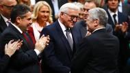 Der bisherige Bundespräsident gratuliert dem künftigen: Joachim Gauck und Frank-Walter Steinmeier (SPD) am Sonntag im Reichstag