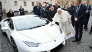 Gemäß der gelb-weißen Vatikan-Farben ist das Auto mit goldfarbenen Linien versehen.