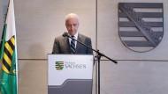 Sachsens Ministerpräsident Stanislaw Tillich hat für Dezember überraschend seinen Rücktritt angekündigt.