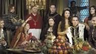 """Auch Adel und Klerus waren nicht gefeit. Anna Boleyn (im goldenen Kleid) steckte sich an und überlebte, Kardinal Wolsey wurde dahingerafft. Das Foto stammt aus der britischen Fernsehserie """"The Tudors"""""""