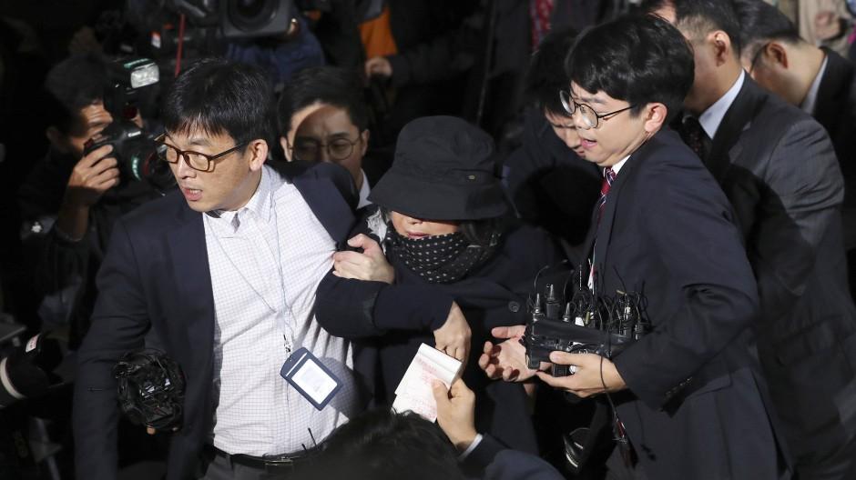 Choi Soon-sil, enge Vertraute der südkoreanischen Präsidentin Park, wird am Montagabend in Seoul festgenommen.
