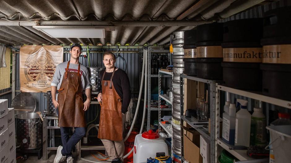 Probierstube: In einer Zeilsheimer Garage tüfteln die Hofheimer Jascha Wolf (links) und Marcel Reimer an Rezepten für neue Biersorten.