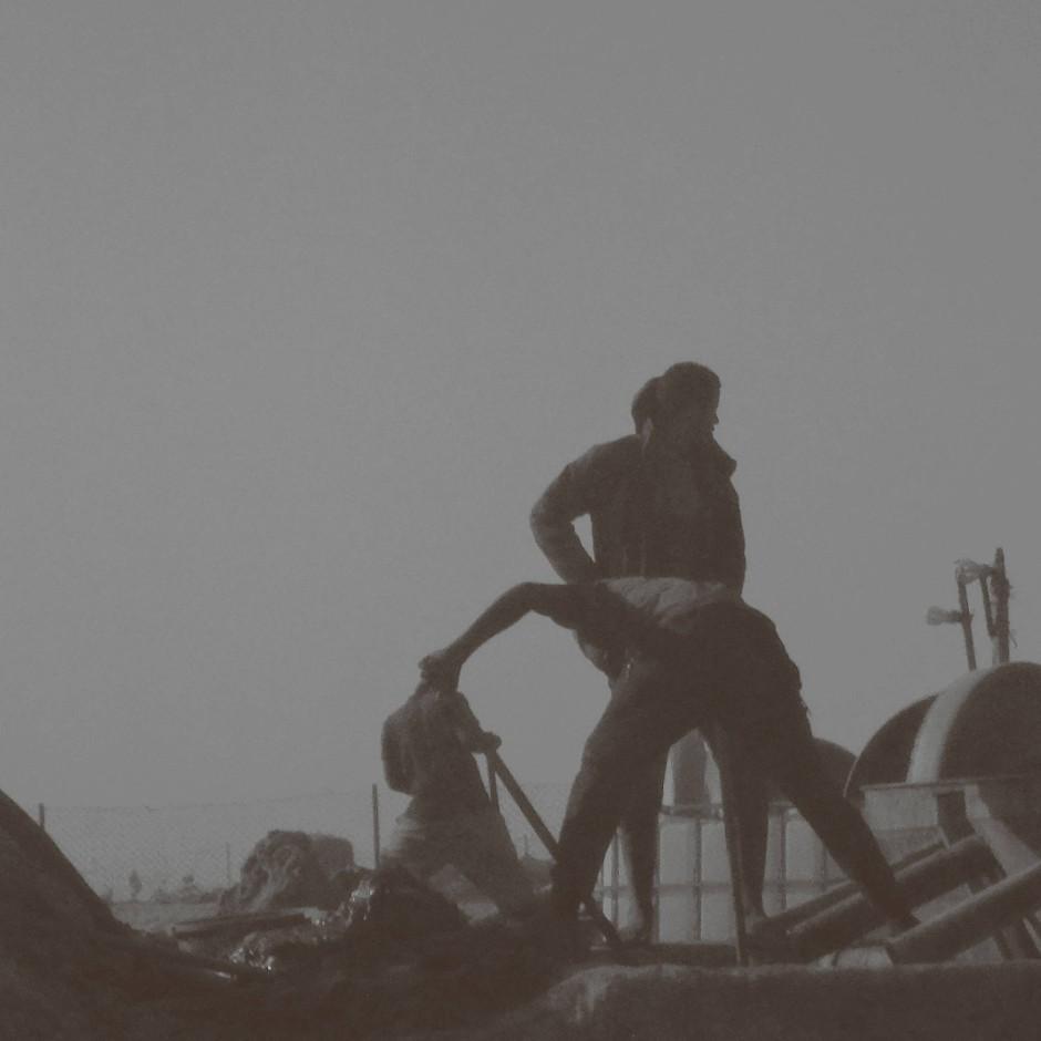 Mit Hilfe von Quecksilber wird das Gold aus der lehmigen Brühe gelöst. Was Haut und Atemwege der Arbeiter schwer schädigt.