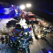 Feuerwehrleute und Sanitäter an der Unfallstelle auf der Bundestrasse 29 bei Lorch (Baden-Württemberg)
