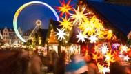 Adventsstimmung kann schnell verfliegen: Die Polizei warnt wieder vor Trickdieben im Gedränge der Weihnachtsmärkte wie hier in Erfurt.