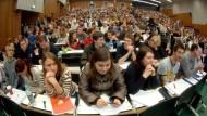 Von Änderungen der Fachdidaktik werden sie keinen Nutzen mehr haben: Im Jahr 2005 saßen diese Studenten der Universität Köln in einer Mathematik-Vorlesung
