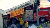 Feuerwehrwagen rammt Asia-Restaurant