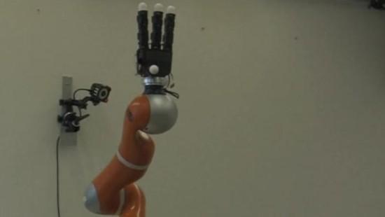 Roboterarm fängt Objekte in Sekundenbruchteilen