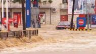 Retter kämpfen weiter gegen Hochwasser