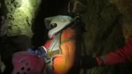 Für Höhlenforscher geht es ohne Trage weiter
